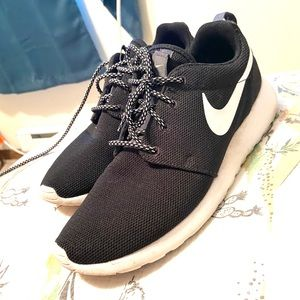 🖤🤍Nike Roshe One Black & White Running Shoes